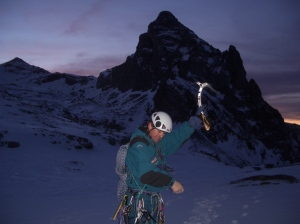 Escalando en hielo con el Anayet al fondo.